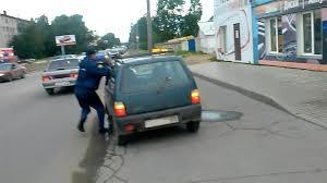 Водитель-наркоман прищемил руку полицейскому