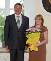 Олег Кувшинников наградил Наталью Петрову за вклад в реализацию молодежной политики